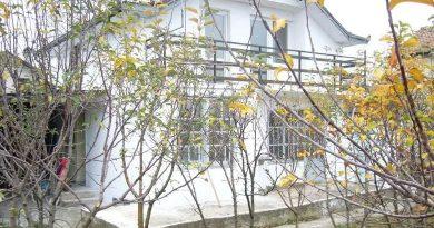 Продава се къща с двор в село Долно Сахране
